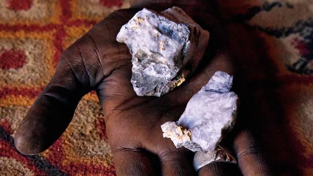 Goldhaltiges Gestein aus dem Boden von Tagharaba. Das Edelmetall hier gilt als besonders fein, ist aber von einer Quarzgesteinmischung umschlossen