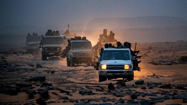 Die Goldader liegt in einem abgelegenen Gebiet, das nur bewaffnet und im Konvoi durchfahren werden kann. Jederzeit drohen Überfälle
