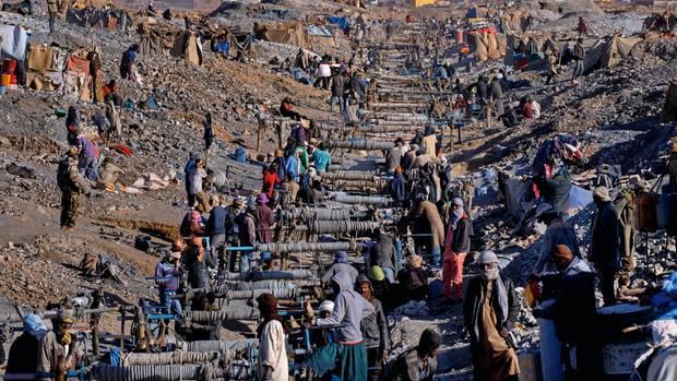 Mehr als 600 Schächte wurden in Tagharaba dicht beieinander in die Erde getrieben, mit reiner Muskelkraft. Bis zu 10.000 Arbeiter schuften in Staub und glühender Hitze oder hängen an Seilen im Bauch der Erde. Zu hören ist vor allem das Quietschen der Kurbeln