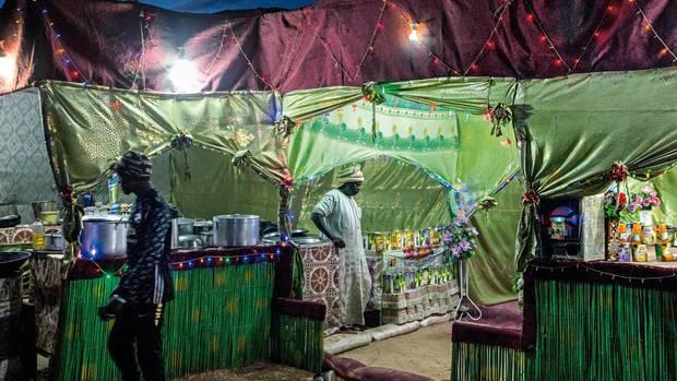 Für Tausende Männer, die in dem Gebiet arbeiten, bieten Restaurants Essen und Rückzugszonen an. Auch Händler und Internetcafés haben sich angesiedelt