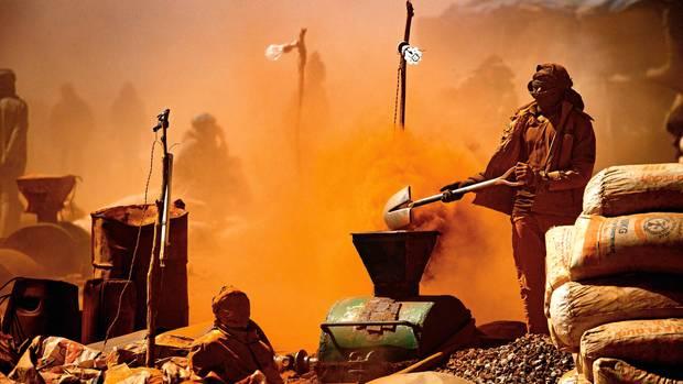 Unermüdlich mahlen sie das Geröll zu Staub und suchen darin nach Gold. Zwei Drittel der Steine bekommt der Eigner der Mine, ein Drittel die Arbeiter