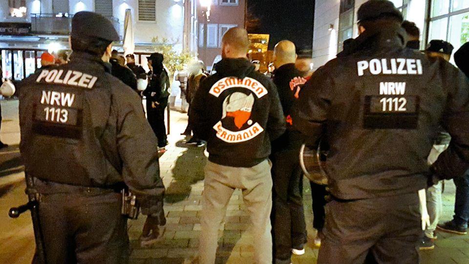 Der deutsche Staat will die Kontrolle zurück, deshalb zeigt die Polizei Präsenz, hier bei einem Osmanen-Treffen in Neuss