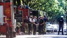 Der Linienbus, in dem sich die Tat ereignete, steht umringt von Einsatzkräften auf der Travemünder Landstraße in Lübeck