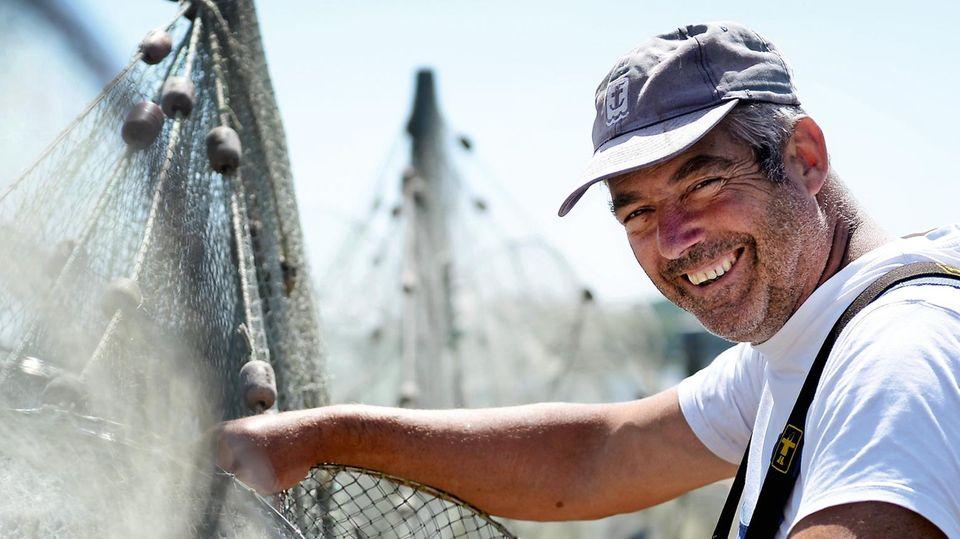 Jörn Ross lebt in Schleswig an der Schlei. Wenn der Fischer auf Aalfang geht, fährt er meist abends hinaus auf den Meeresarm und kommt erst am frühen Morgen wieder. Tagsüber repariert er Netze, säubert Reusen – und schläft ein paar Stunden