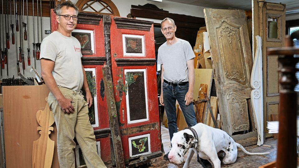 In ihrer Werkstatt in Prerow restaurieren die Brüder Dirk (l.) und René Roloff alte Darßer Türen