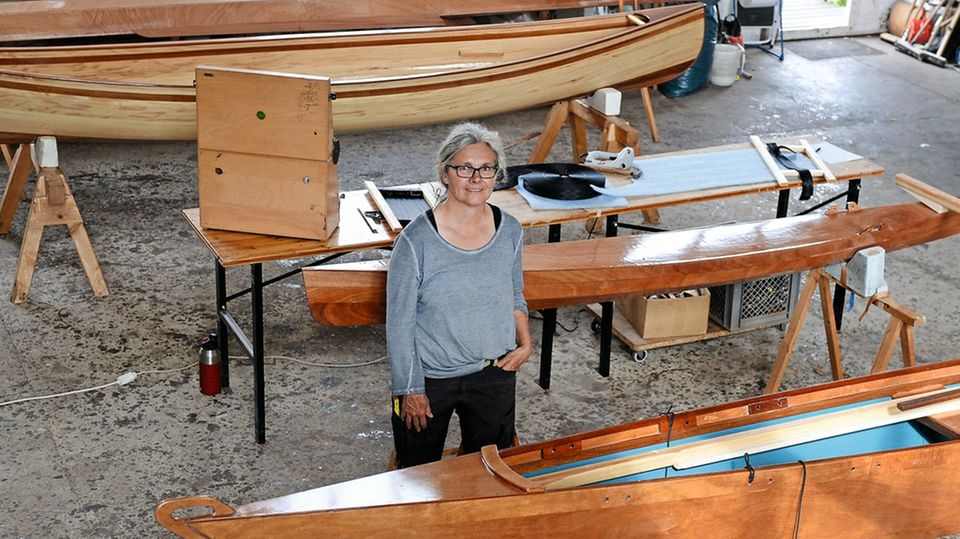 In einem ehemaligen Heizhaus in Peenemünde baut Ursula Latus Kajaks und Kanus aus Holz