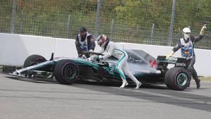 Hamilton schiebt seinen Mercedes