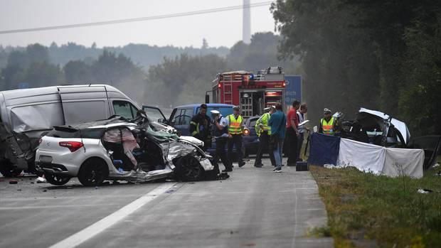 """Die Polizei sprach von einem """"Trümmerfeld"""" nach dem Unfall auf der A81"""