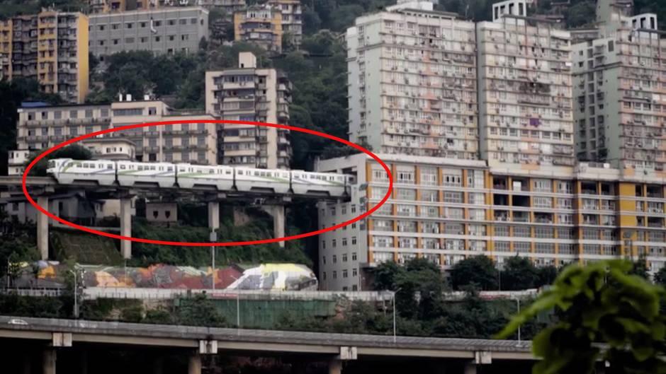 Ungewöhnliche Strecke: Diese Bahn fährt mitten durch ein Mehrfamilienhaus in China - wie es dazu kam