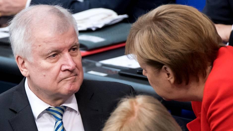 Bundeskanzlerin Angela Merkel (CDU) und ihr Innenminister Horst Seehofer (CSU) ringen seit Wochen miteinander. Hinter den Kulissener Union knirscht es gewaltig.