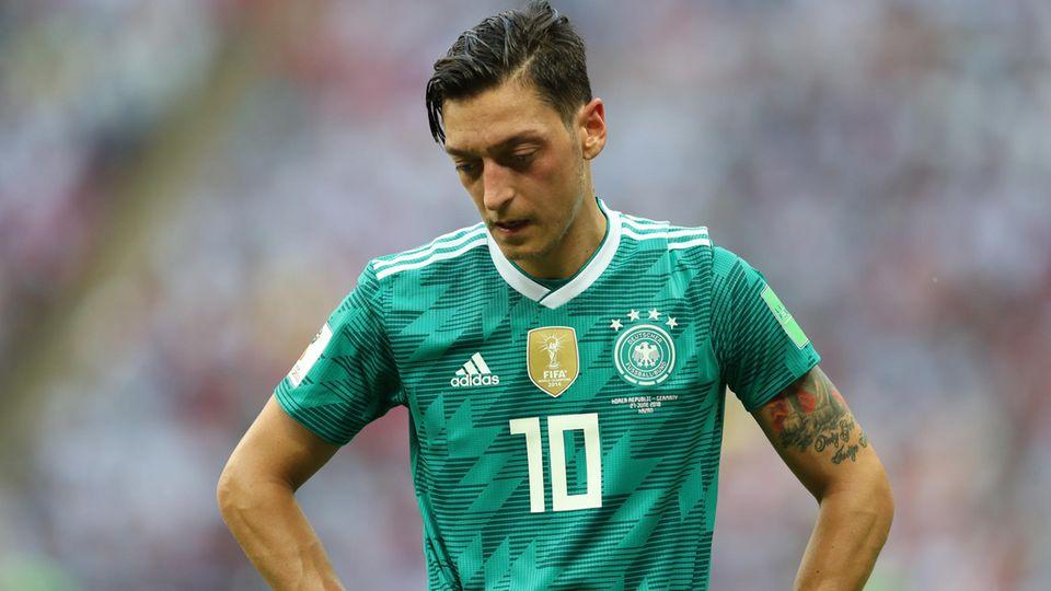 Nach den Kontroversen über sein Treffen mit Erdogan verlässt Mesut Özil die deutsche Fußball-Nationalmannschaft