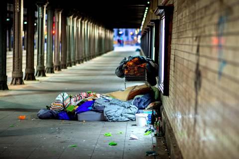 S-Bahnhof in Berlin-Treptow: Zwei Obdachlose mit Flüssigkeit übergossen und angezündet
