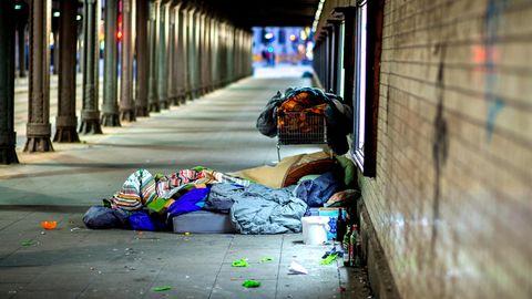 Die Habseligkeiten eines Obdachlosen liegen auf diesem Symbolbild verstreut vor einer S-Bahn Station