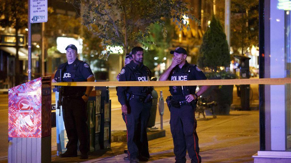 Polizisten sichern die Umgebung des Tatorts in Toronto