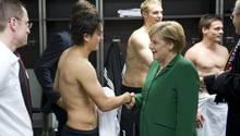 Bundeskanzlerin Angela Merkel zollt Mesut Özil Respekt für seine Leistung als Nationalspieler