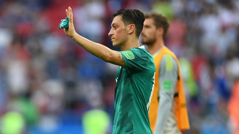 Mesut Özil winkt im DFB-Trikot den Fans zu