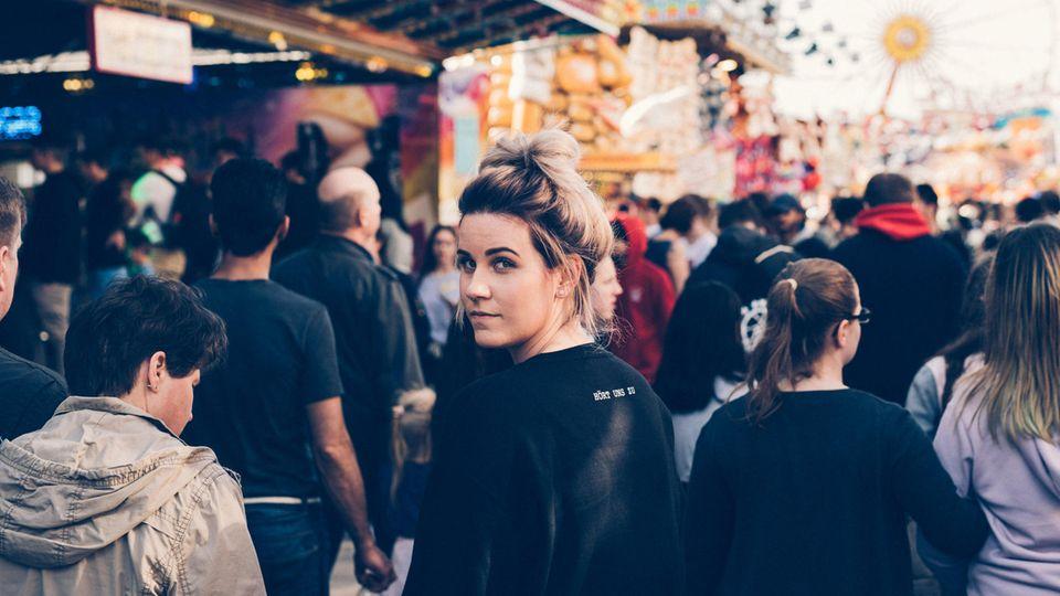 Endometriose-Patientin Susanne M. läuft über ein Volksfest