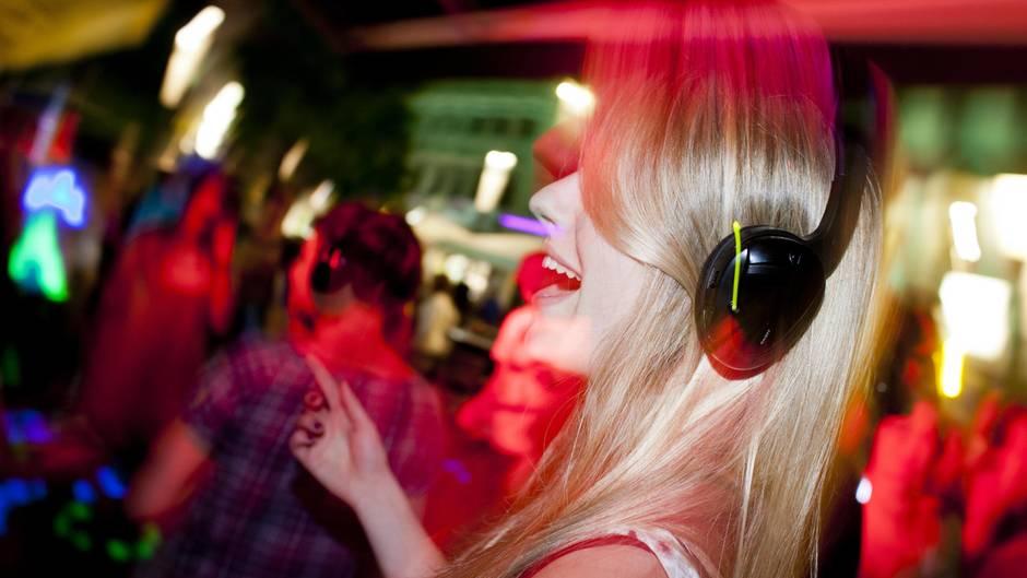 Eine Frau tanzt auf einer Kopfhörerparty