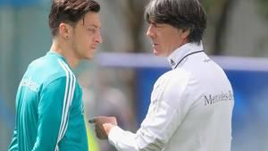 Mesut Özil und Joachim Löw
