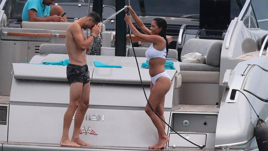 """Eine Dusche zur Abkühlung: Die Ex-""""Pussycat Dolls""""-Sängerin Nicole Scherzinger und ihr Freund Grigor Dimitrov genießen die Zeit auf einer Jacht vor St. Tropez."""