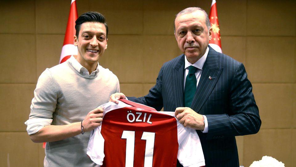Der türkische Staatspräsident Recep Tayyip Erdogan und Ex-Nationalspieler Mesut Özil