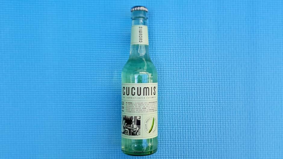 Cucumis Gurke  Was ist das für eine Limo? Limonade auf Gurkensaftbasis  Wie viel kostet sie? etwa 1,49 Euro  Wie schmeckt sie?Erinnert an Wasser von Essiggurken, sehr leicht und erfrischend, wenig Süße, leichte Säure, prickelt schön und schmeckt angenehm herb