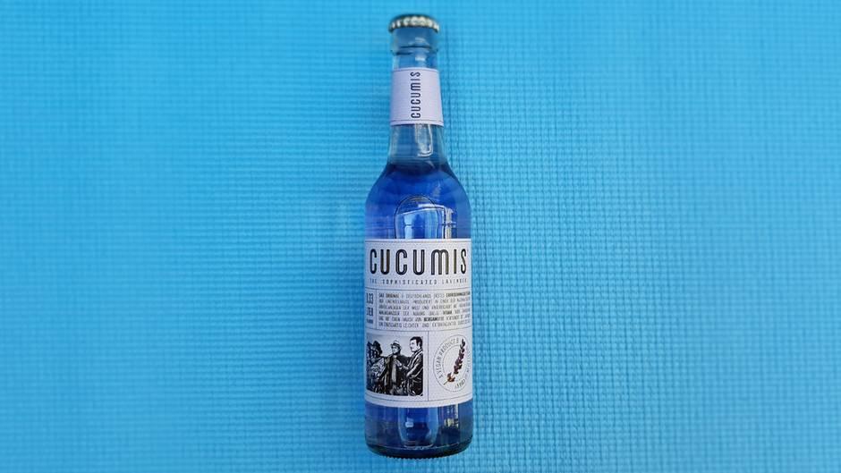 Cucumis Lavendel  Was ist das für eine Limo? Limonade auf Lavendelbasis  Wie viel kostet sie?etwa 1,49 Euro  Wie schmeckt sie?Wie ein Ausflug in die Provence, leicht, erfrischend, kaum Süße, sehr sommerlich, mehr wie ein Drink/Aperitif als Limonade, definitiv eine Erwachsenenlimonade