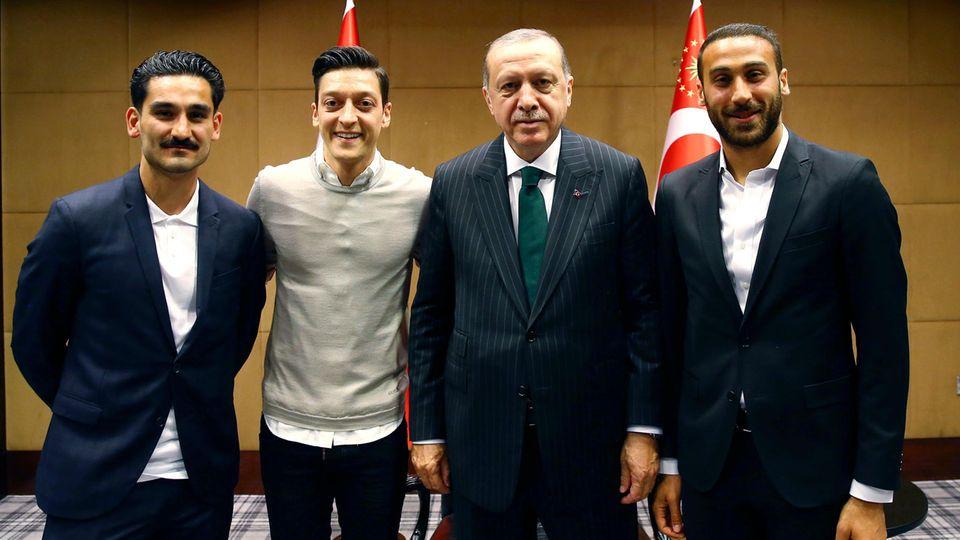 Der türkische Präsident Recep Tayyip Erdogan und Fußballspieler