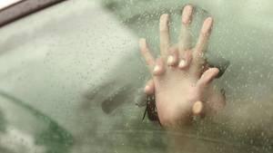 Quickie Symbolbild: Zwei Hände an einer beschlagenen Autoscheibe