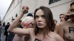 Die Frauenrechtlerin Oksana Schatschko bei Protesten in Paris 2012