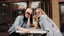 Zwei junge Millennials vor einem Restaurant