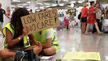 Das Kabinenpersonal der Fluggesellschaft Ryanair demonstriert mit Schildern am Flughafen Palma de Mallorca und fordert mehr Geld sowie bessere Konditionen.