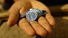Eine Hand voller indischer Münzen