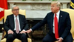 Hand drauf: US-Präsident Donald Trump (r.) und EU-Kommissionschef Jean-Claude Juncker am Mittwoch im Oval Office des Weißen Hauses.