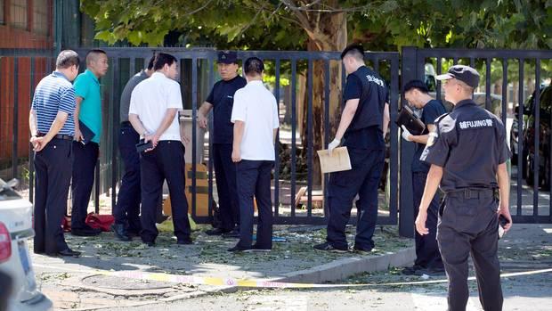 Sicherheitspersonal steht in der Nähedes Ortes der Detonation. Bei der US-Botschaft in Peking hat sich am Donnerstag eine Explosion ereignet.