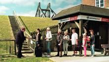 """Gate am Deich: Szene aus dem Clip """"Catapult Air - Im hohen Bogen nach Sylt"""", der auf humorvolle Weise denzweigleisigen Ausbau der Bahnstrecke nach Westland fordert."""