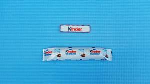Wer gewinnt? Der Riegel  Warum? Das Eis ist viel zu wenig schokoladig. Es fehlt der klassische Kinder-Schokoladen-Geschmack. Ist fast schon wässrig und hat keinen Schmelz.  Was hat mehr Kalorien (pro 100 Gramm)?Riegel 566, Eis 229