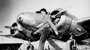 Amelia Earhart vor ihrer Lockheed Electra.
