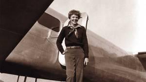 Amelia Earhart vor ihrer Lookheed Electra.