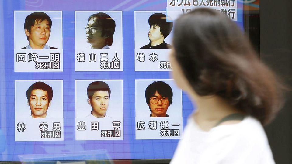 Aum Shinrikyo: Auf einem Bildschirm in Tokio sind die Bilder der sechs hingerichteten Sektenmitglieder zu sehen
