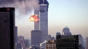 Eines der Flugzeuge kollidiert 2001 mit dem World Trade Center