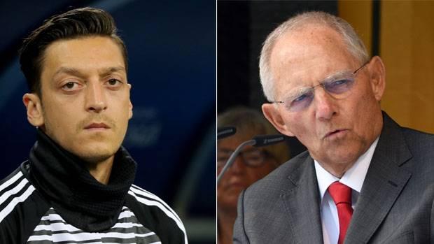 Mesut Özil (l.) erhält Rückendeckung von Wolfgang Schäuble