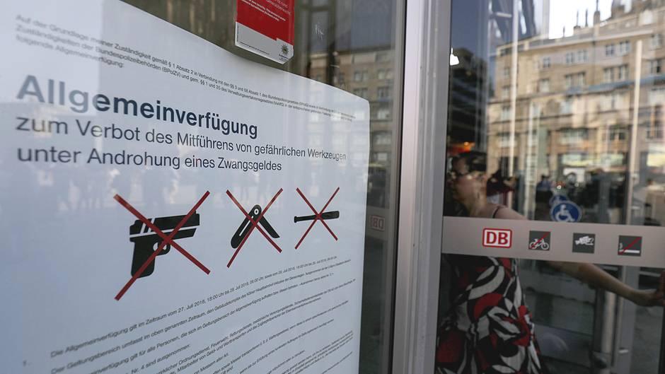 Ein Plakat am Eingang des Kölner Hauptbahnhofes informiert über das Waffenverbot im Gebäude