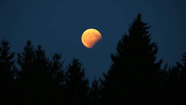 Dieses Foto zeigt eine partielle Monfinsternis. Heute Nacht ist über Deutschland dielängste totale Mondfinsternis des Jahrhunderts zu sehen.