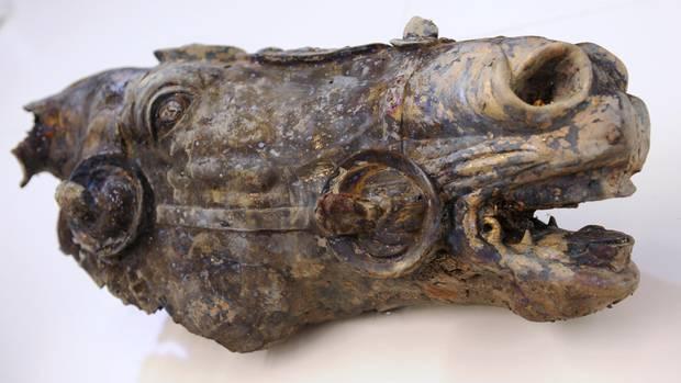 Die bei Ausgrabungen im mittelhessischen Lahnau-Waldgirmes entdeckte lebensgroße Pferdekopf einer vergoldeten römischen Reiterstatue