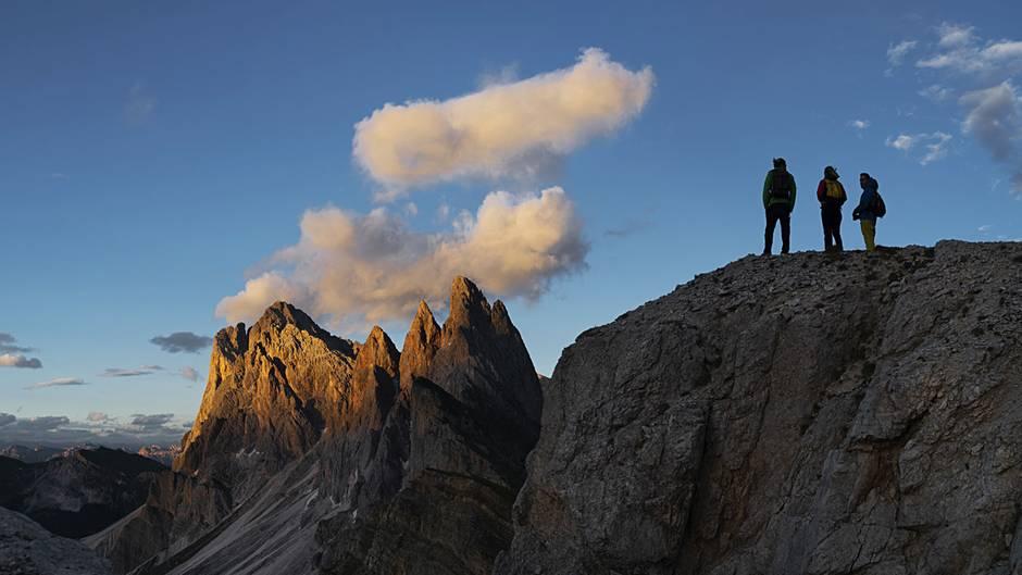 Hoch hinaus, wenn andere Wandererlängst wieder im Tal sind. Mit der letzten Seilbahn geht es aus dem Südtiroler Grödnertal über die Baumgrenze hinauf zu den Gipfeln der Dolomiten.