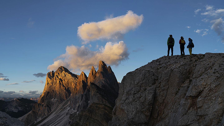 Bild 1 von 8der Fotostrecke zum Klicken  Hoch hinaus, wenn andere Wandererlängst wieder im Tal sind. Mit der letzten Seilbahn geht es aus dem Südtiroler Grödnertal über die Baumgrenze hinauf zu den Gipfeln der Dolomiten.