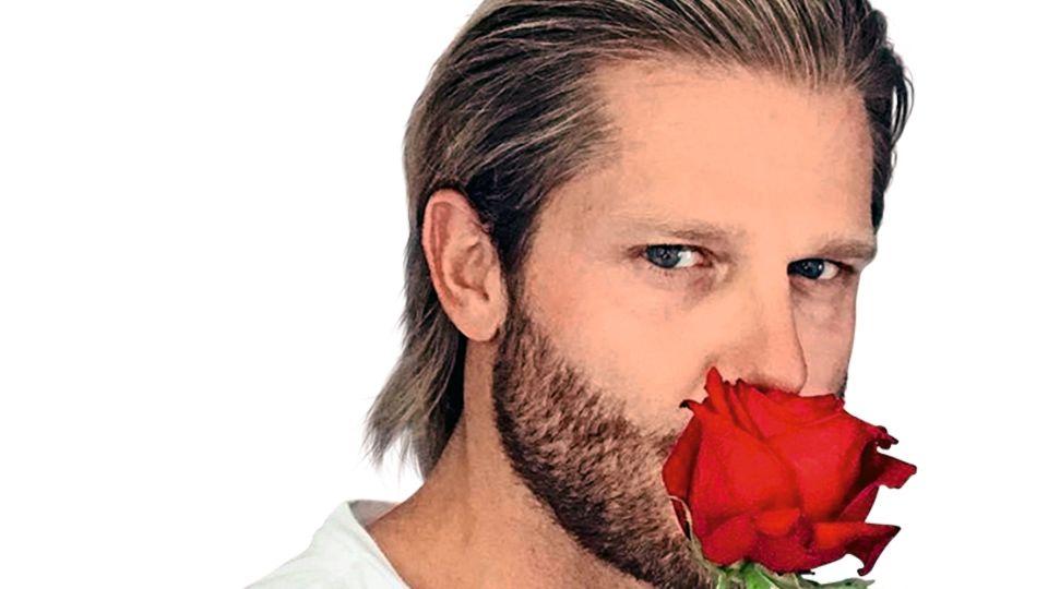 """Immer mit einer Rose in der Hand: Paul Janke, für viele Zuschauerinnen der """"einzig wahre Bachelor"""""""