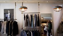In den Läden wird Glamour zelebriert, für die Verkäuferinnen sieht die Zukunft düster aus.