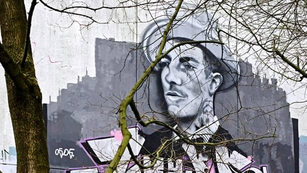 Johns Spuren bleiben. Ein Bekannter sprühte ein Bild mit seinem Gesicht auf die Wand einer Hamburger Schule